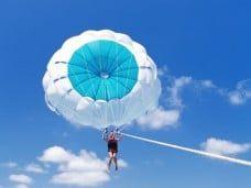 Volando sobre el mar Parasailing Barcelona fiestas