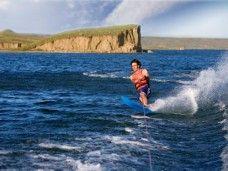 Esquiando el mar de la costa Barcelonesa esqui-acuatico para fiestas de cumpleaños