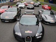 Disfruta de un Ferrari a toda velocidad en la pista, y de una limusine Hummer para tu fiesta en Barcelona.