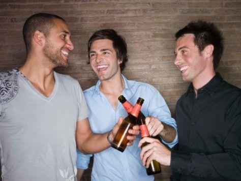 Tapeando y brindando en Barcelona. Ruta de tapas entre amigos para una celebración diferente.