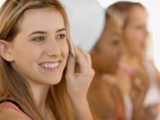 Pretty Woman aprende a maquillarse. Clases de automaquillaje para una celebración diferente.