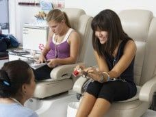 Fiesta de belleza entre chicas - Pedicura y manicura en la beauty party