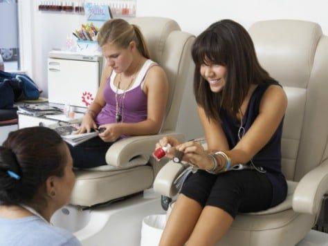 Fiesta de belleza entre chicas - Pedicura y manicura en la beauty party