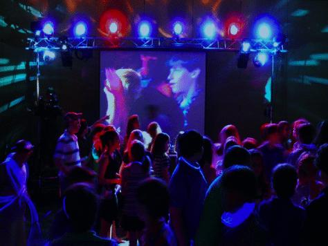 Disco party con vídeo proyección de homenaje y discoteca en Barcelona.