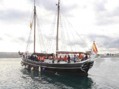 """Velero """"pirata"""" para tu fiesta em Barcelona. Ciutat de Badalona navegando"""
