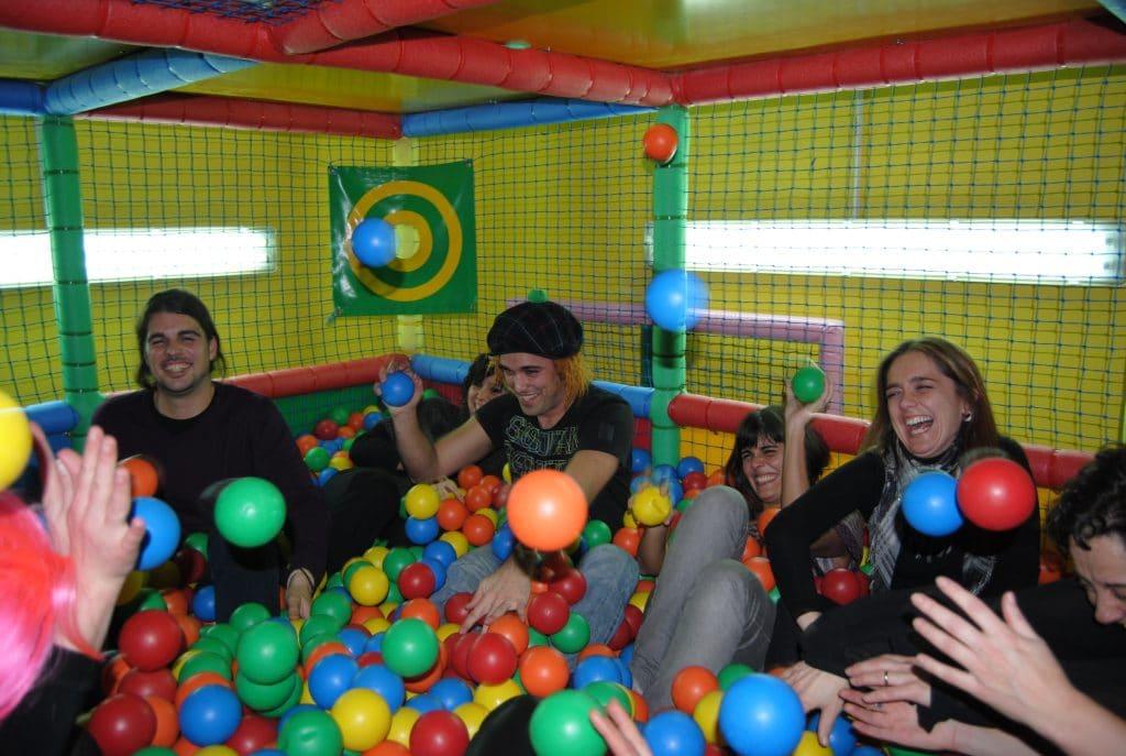El parque de bolas es de los mayores ideas fiestas de - Ideas para fiestas de cumpleanos adultos ...