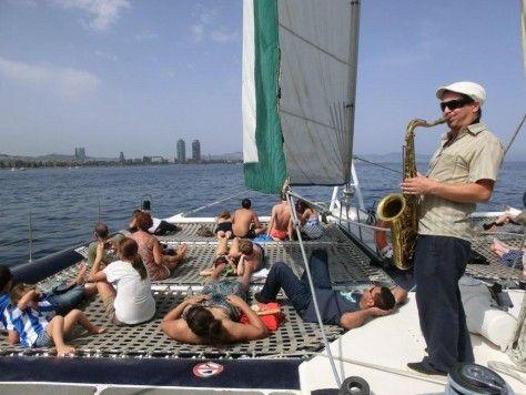Catamarán low cost con saxofonista en Barcelona