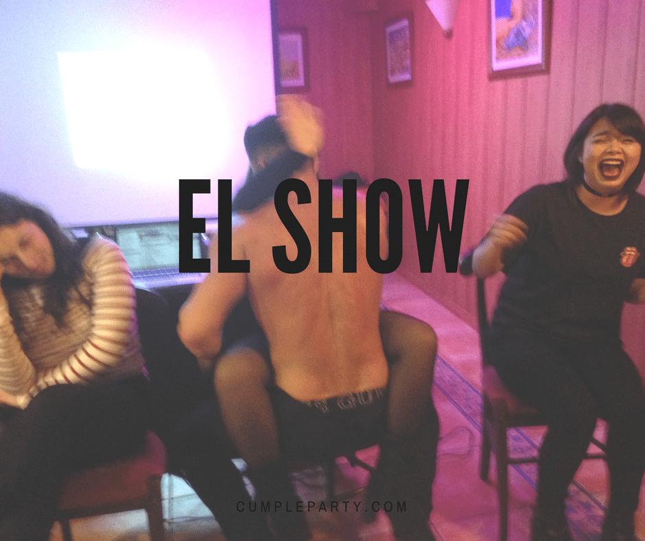 Quién con strippers se va... Con show acaba la fiesta ;)